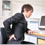 慢性腰痛症とは?ぶり返す痛みには寝ながら足を左右に動かすことで改善できる?