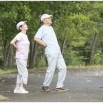 腰痛体操を高齢者が行う時に気を付けたいこととは?その日の体調を確認しながら少しずつストレッチで筋肉をほぐしていくと良い