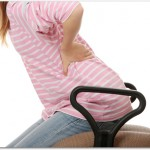 腰痛は椅子の座り方で改善される?背筋を伸ばして座り長時間の作業時には1時間に一度は立ち上がる良い?