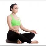 腰痛時にあぐらをかくならクッションを敷こう。お尻が高いと負担が軽くなります。