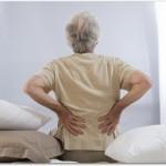 腰痛体操は高齢者におすすめ!リラックスして壁を利用した背伸びをしよう!