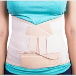 腰痛コルセットは服の上に装着するの?直接装着することは避けるべき?